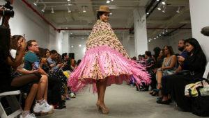 """Una modelo fue registrada este miércoles al lucir prendas de la diseñadora boliviana Erika Luz, inspiradas en los atuendos tradicionales de las cholitas paceñas, durante el """"Fashion Designers of Latin America"""", en el marco de la quinta y última jornada de la Semana de la Moda de Nueva York (Estados Unidos). EFE/Kena Betancur"""