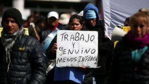 Protesta de partidos de izquierda y organizaciones en Argentina, portando banderas y pancartas en la ancha avenida 9 de Julio, al pie del emblemático obelisco. (Foto: Reuters)