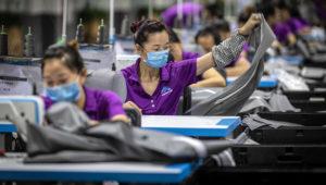 Empleados chinos trabajan en una fábrica de productos para bebés en Dongguan (China). EFE/ Aleksandar Plavevski/Archivo