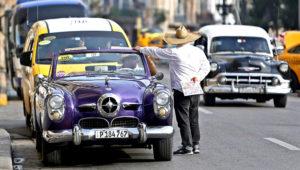 Un auto clásico dedicado al turismo espera clientes este viernes, en La Habana (Cuba). EFE/ Yander Zamora
