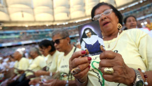 Cientos de personas asisten este domingo a la ceremonia para conmemorar la canonización de Santa Dulce de los Pobres, la primera santa nacida en Brasil en la Arena Fonte Nova, en la ciudad de Salvador (Brasil). EFE/Raphael Muller