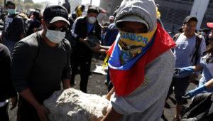 Ecuatorianos limpian escombros de protestas. | Foto: Efe