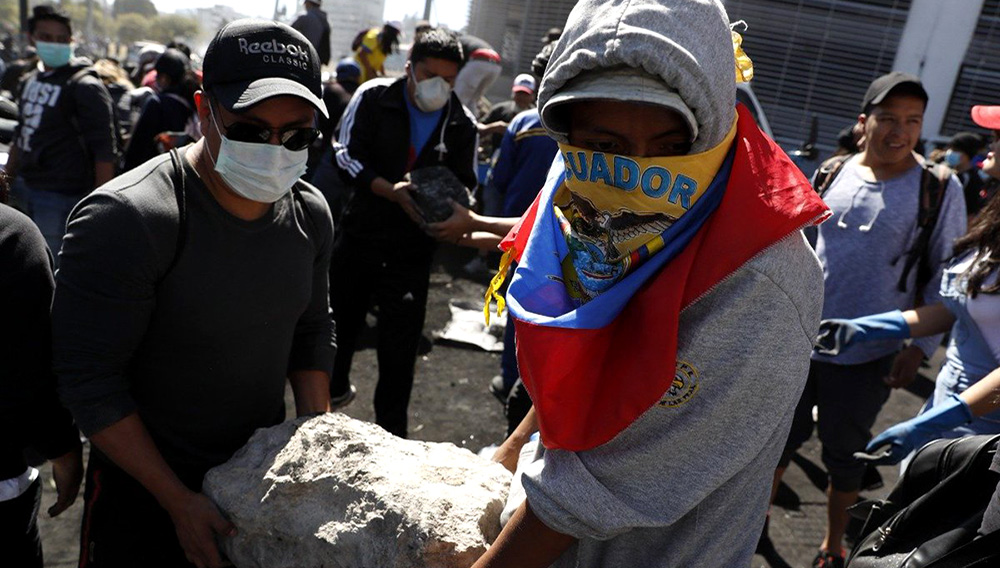Ecuatorianos limpian escombros de protestas.   Foto: Efe