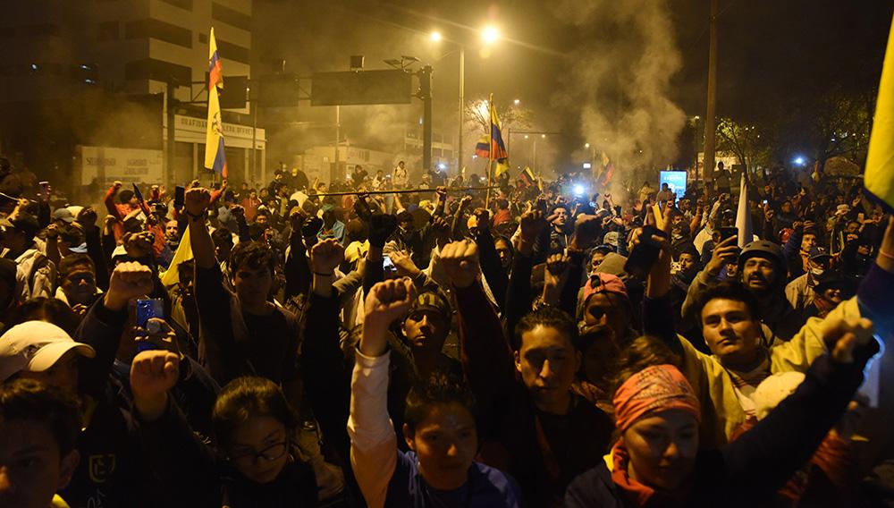 Miles de ecuatorianos festejan el final de doce días de batalla campal | Foto: Franco Fafasuli (EFE)