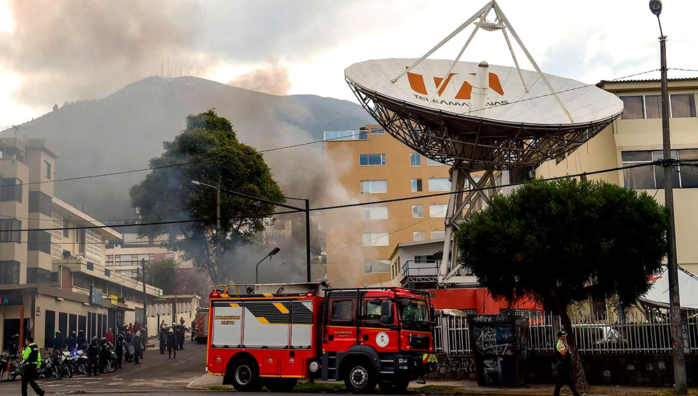 El ataque al canal de televisión Teleamazonas (Foto: AFP/ Martin BERNETTI).
