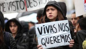 Una mujer sostiene un cartel en una concentración contra la violencia machista. EFE