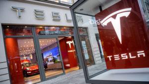 Vista de una sala de exposición de la compañía de vehículos Tesla, en Berlín (Alemania). Tesla anunció que cerrará todas sus tiendas y venderá exclusivamente a través de internet para reducir costes, el mismo día en el que lanzó el Model 3 estándar con un precio base de 35.000 dólares tres años después de anunciarlo. EFE/Jens Schlueter