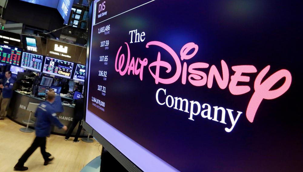 En esta imagen del 8 de agosto de 2017, se ve el logo de The Walt Disney Co. en una pantalla encima de la Bolsa de Valores de Nueva York (AP Foto/Richard Drew, Archivo)