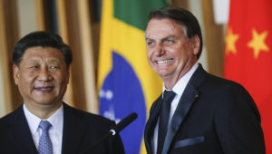 El presidente de Brasil, Jair Bolsonaro, reacciona junto al presidente de China, Xi Jinping, mientras emiten una declaración conjunta después de una reunión bilateral durante la cumbre BRICS en Brasilia, Brasil, el 13 de noviembre de 2019. REUTERS / Adriano Machado