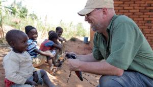 Entomólogo holandés Bart Knols, durante su trabajo de lucha contra la malaria en África. Photo: Discovery Communications