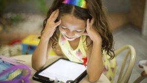 Niña mirando una tablet. Foto: Shutterstock