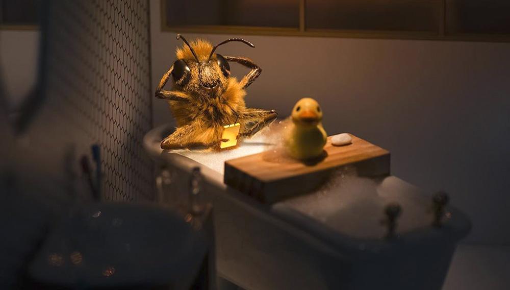 Se trata de una abeja hecha con CGI, y detrás de la cuenta está la organización Foundation de France, una red de filántropos creada por el gobierno de Francia para hacer frente al declive de la población de las abejas.   Foto @bee_nfuencer (Instagram)