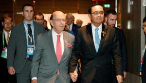 Wilbur Ross, left, with Thailand's prime minister Prayuth Chan-ocha in Bangkok on Sunday © VIA REUTERS