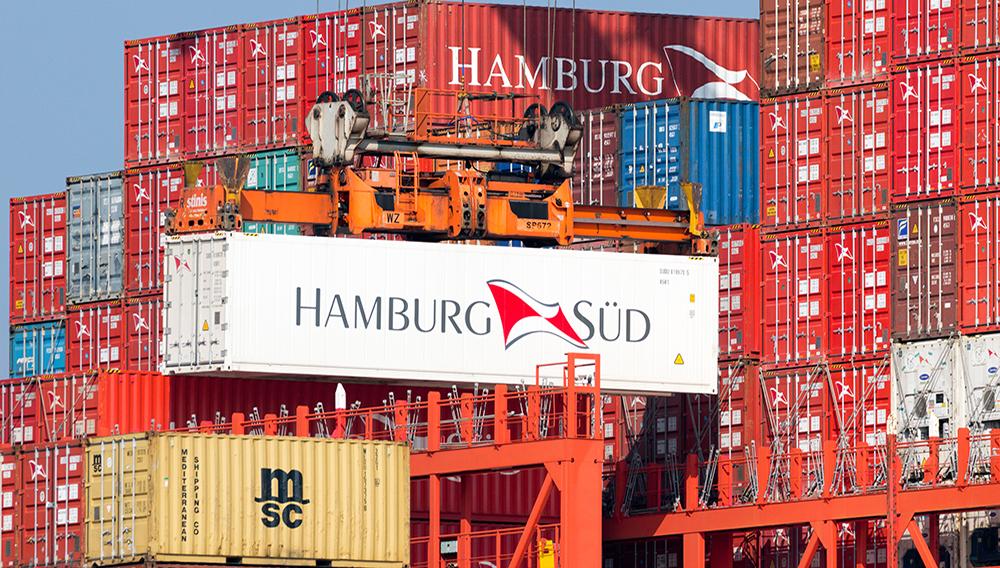 Container de Hambourg Sud est chargé sur un navire dans le port de Rotterdam. | Depositphotos
