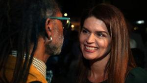 La alcaldesa electa Regina Romero platica con un ciudadano la noche de su triunfo en el Hotel Congress. Kelly Pesnell/La Estrella de Tucson
