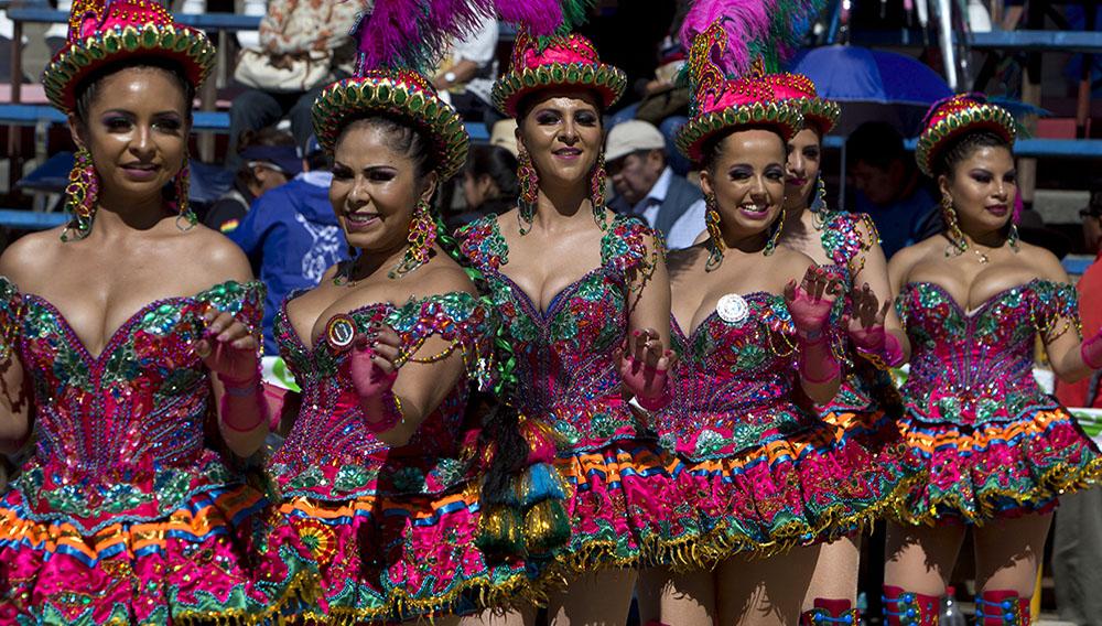 """Mujeres balian la danza tradicional """"Morenada"""" en el Carnaval de Oruro, Bolivia, sábado 2 de marzo de 2019. La festividad reúne a más de 20.000 danzarines y músicos y atrae a miles de visitantes a esa ciudad situada a 120 kilómetros al sur de La Paz. (AP Foto/Juan Karita)"""