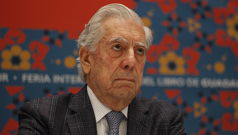 """GUADALAJARA, JALISCO. 27 NOVIEMBRE 2016.- El escritor peruano, Mario Vargas Llosa, durante la conferencia de prensa que para hablar sobre su mas reciente libro """"5 Esquinas"""", esto en el marco de la edición 30 de la Feria Internacional del Libro de Guadalajara, que se lleva a cabo en la Expo del 26 de noviembre al 04 de diciembre y en donde como invitado de honor es América Latina. FOTO: FERNANDO CARRANZA GARCIA / CUARTOSCURO.COM"""