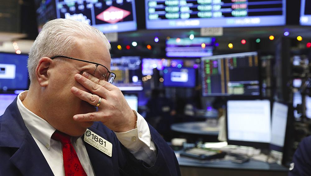 La Bourse de New York a fini vendredi en baisse de 1,84%, l'indice Dow Jones cédant 419,79 points à 22.439,81 points. /Photo d'archives/REUTERS/Lucas Jackson