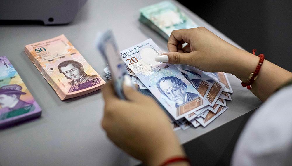 Vista de billetes del nuevo cono monetario en un banco este martes en Caracas. Foto: Miguel Gutiérrez/EFE