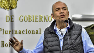 """LA PAZ-13-12-19.- El ministro de Gobierno, Arturo Murillo, aseveró que Evo Morales tendrá que liderar la campaña del Movimiento al Socialismo (MAS) de cara a las elecciones del 2020. """"calladito o por Whatsapp"""", después de que Argentina le pidiera comprometerse a no emitir declaraciones políticas mientras esté de refugiado en ese país. FOTO/Gabriel MÀRQUEZ-APG"""