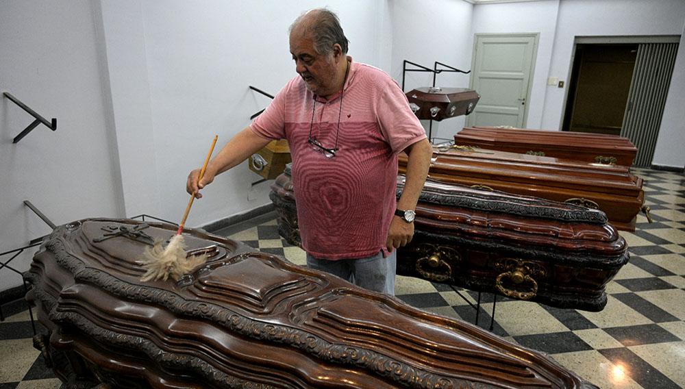 """""""La gente no tiene dinero para contratar un servicio"""", dice Juan Tapia, dueño de una empresa funeraria de Buenos Aires, el 3 de diciembre de 2019. Foto: AFP"""