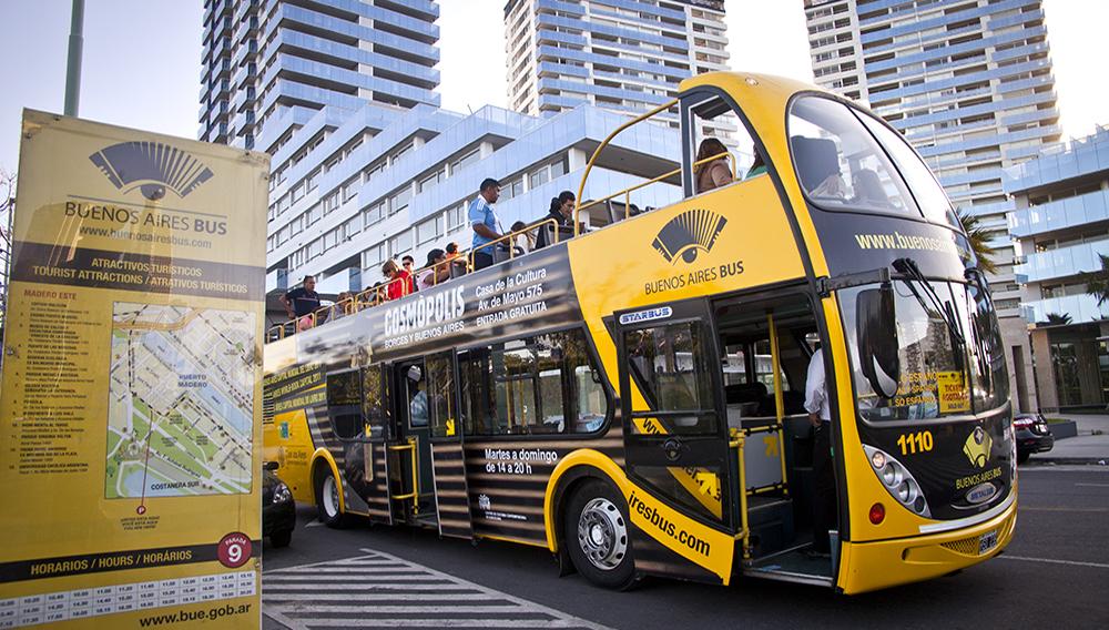El servicio de micros turísticos de Buenos Aires funciona desde el 23 de abril de 2009. Los vehículos cuentan con capacidad para 50 personas sentadas y con la asistencia de un guía especializado en turismo porteño. Foto: Gobierno de Buenos Aires