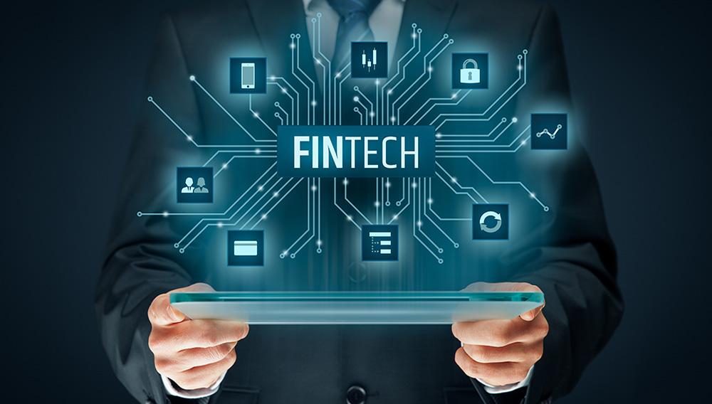 Fintech (tecnología financiera). Persona de negocios con tableta y fintech. Foto: Jakub Jirsak/123rf.com