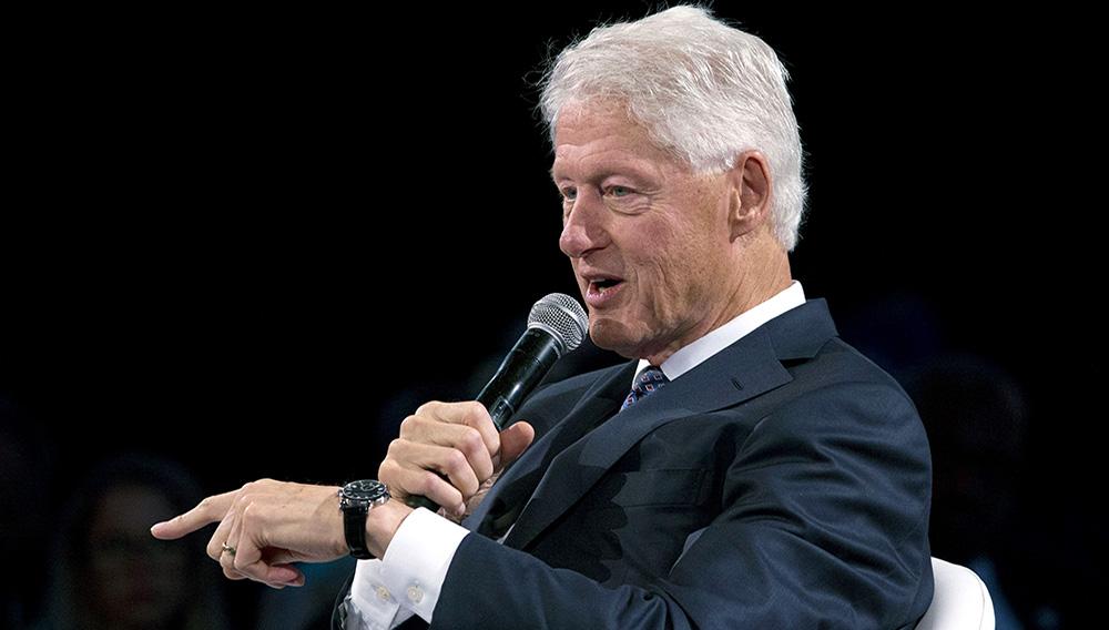 Bill Clinton hablando durante el Foro de Comercio Mundial de Bloomberg en Nueva York el 26 de septiembre del 2018. (AP Photo/Mark Lennihan)
