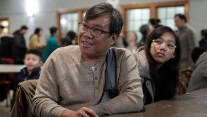 S'Tha Sein y su hija Lunn KyiPhyu Tha, de 15 años, hablan con un periodista de la Associated Press en Boston el 16 de febrero del 2020. Sein es un inmigrante de Mianmar cuya hija mayor está teniendo problemas para ingresar a EEUU a pesar de que ya le aprobaron una visa. (AP Photo/Steven Senne)