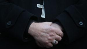 19/06/2018.- Detalle de las manos del sacerdote español Jordi Bertomeu hoy, martes 19 de junio de 2018, mientras el arzobispo maltés Charles Scicluna habla ante periodistas, en Santiago de Chile (Chile). EFE/Alberto Valdés