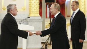 El presidente ruso, Vladimir Putin (c) recibe las credenciales del nuevo embajador de EE.UU en Mocú, John Sullivan (i) ante la mirada del ministro ruso de AAEE, Sergei Lavrov (d). EFE/EPA/ALEXANDER ZEMLIANICHENKO