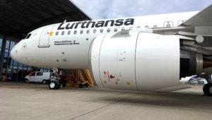 A Lufthansa está prestes a receber mais outro novo Airbus 320neo em sua frota. O jato, que deixou a fábrica da Airbus em Hamburg-Finkenwerder ontem (30), operará a partir de Frankfurt. Photo: Lufthansa