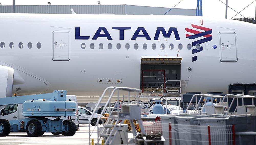 Imagen de archivo del logo de LATAM Airlines en un avión Airbus en Colomiers, cerca de Toulouse, Francia, Noviembre 6, 2018. REUTERS/Regis Duvignau