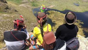 Visitantes observan una laguna artificial construida cerca de Ayacucho, Perú, 30 de enero del 2020. Thomson Reuters Foundation/Sebastian Rodriguez