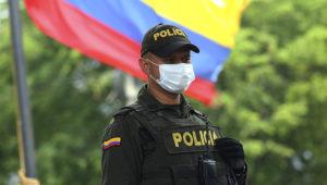 Policía colombiano utilizando mascarilla contra el coronavirus. (CARLOS EDUARDO RAMIREZ/)