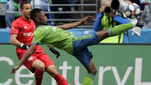 El defensor Kelvin Leerdam, derecha, de los Sounders de Seattle, despeja el balón ante la marca de Justin Morrow, de Toronto FC, en partido de la MLS el sábado 13 de abril de 2019, en Seattle. (AP Foto/Ted S. Warren)