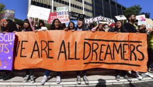 Estudiantes y gente a favor de DACA protestan en Los Angeles, California, el 12 de noviembre de 2019, mientras la Suprema Corte de EE. UU. inicia la discusión sobre la permanencia del programa. (FREDERIC J. BROWN/AFP via Getty Images)