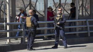 En esta foto de archivo del 16 de febrero de 2020, varias personas cruzan a pie de El Paso, Texas, a Ciudad Juárez, México. (AP Foto/Iván Pierre Aguirre)