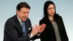 Giuseppe Conte compareció a las dos y media de la madrugada ante los periodistas para explicar que el decreto es duro, pero necesario. Foto: Reuters