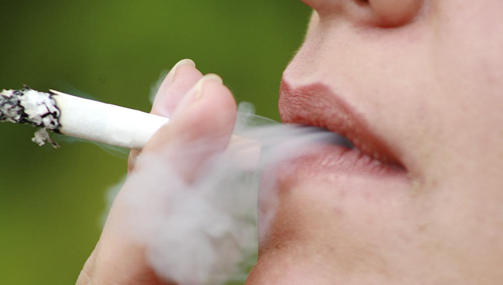 Persona fumando. Photostock