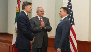 Jesús Seade, subsecretario para América del Norte de la Secretaría de Relaciones Exteriores de México, dialoga con Christopher Landau, embajador en México, y James McCament, del Departamento de Seguridad Interna de EE.UU. Foto: SRE.gov.mx