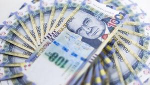 Billetes de cien soles peruanos. | Photostock