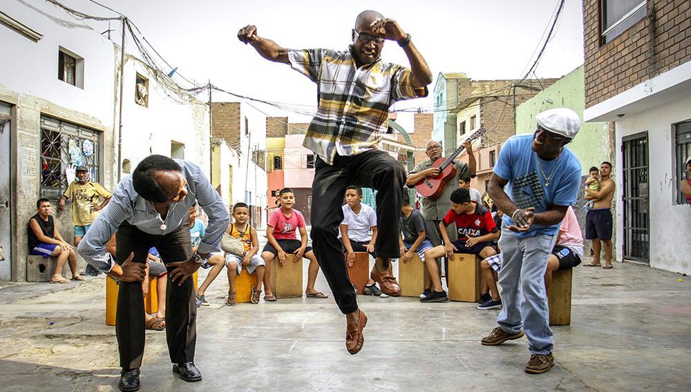Artistas enseñan ritmos afroperuanos a niños que viven en Barrios Altos. Foto: GEC