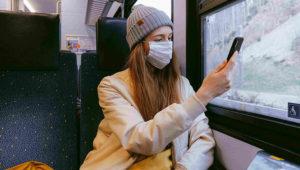 Mujer tomándose una selfie en un transporte público durante la crisis del COVID-19. Photo: Pexels