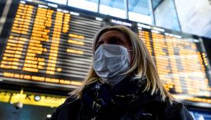 Une voyageuse équipée d'un masque FFP2 à l'aéroport de Nice, le 25 Février 2020 MAXPPP - Sebastien Botella