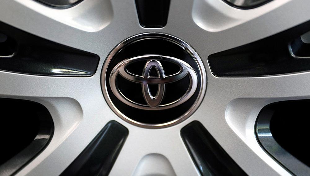Vista del logo de Toyota Motor en un coche. EFE/ Kimimasa Mayama/Archivo