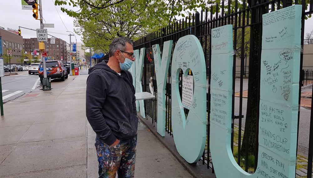 """Vista el 30 de abril de 2020 de la obra """"Thank You"""", del artista Scott LoBaido, instalada frente a la puerta principal del hospital de Elmhurst en Nueva York (Estados Unidos). EFE"""