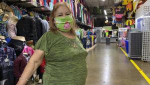 Olivia Rivero es comerciante en el Harry Hines Bazaar. Se dijo confiada en que conforme haya más movimiento, la economía se levante y se termine esta crisis por el coronavirus. (Imelda García)