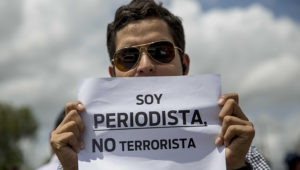 Decenas de personas participan en un plantón de periodistas, que exige respeto por la libertad de expresión, hoy, lunes 30 de julio de 2018, en el día numero 104 de protestas contra el gobierno de Daniel Ortega, en Managua (Nicaragua). EFE/Jorge Torres