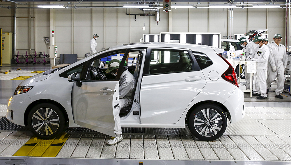 Workers conduct quality checks on Honda Fit vehicles at the Honda Motor Co. plant in Yorii, Saitama prefecture, Japan, March 8, 2016. REUTERS/Thomas Peter